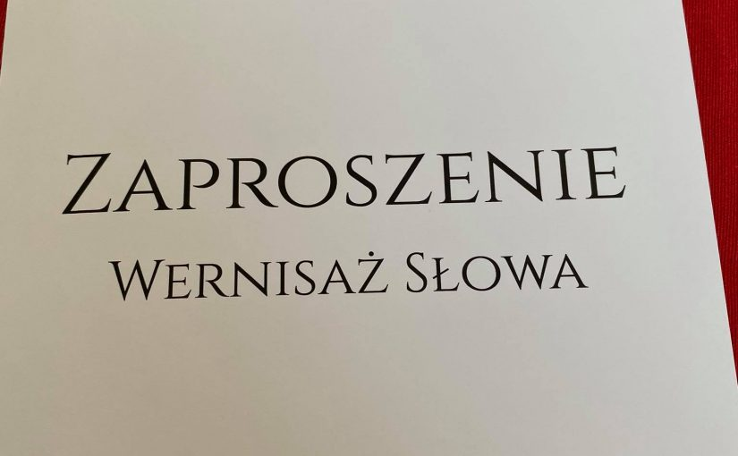OGliwiczanach iŚlązakach. Wtle książki Puste krzesła iPortret mieszkańców Gleiwitz.